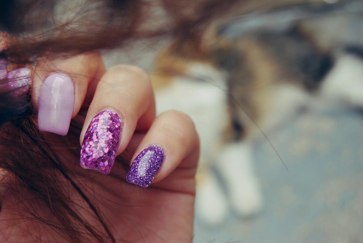 Błyszczące paznokcie z salonu kosmetycznego