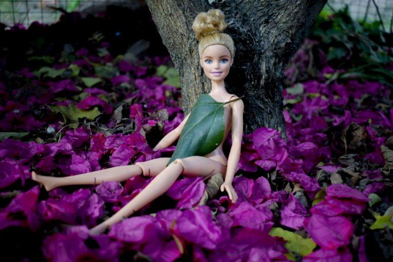 Dziewczynki w różnym wieku uwielbiają bawić się lalkami Barbie