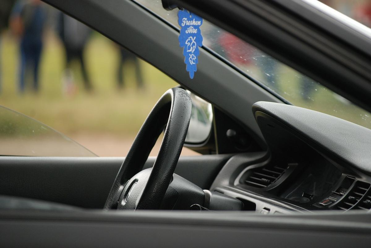 Oklejanie samochodu folią staje się coraz bardziej popularne.